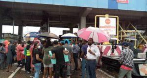 Lekki residents defy heavy rain for #EndSARS protest
